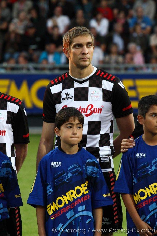 Виталий Петров на футбольном матче в Спа на Гран-при Бельгии 2011