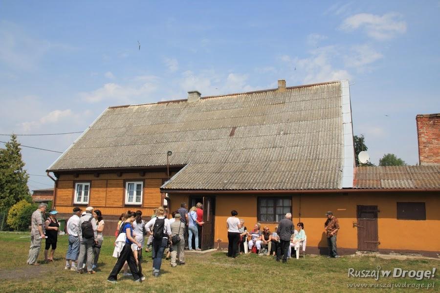 Wchodzimy do domu drewnianego w Nowej Kościelnicy