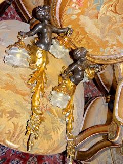 Два настенных светильника из бронзы с фигурами Пути. Золочёная бронза, патина, стеклянные плафоны. 24/48 см. 2000 евро.