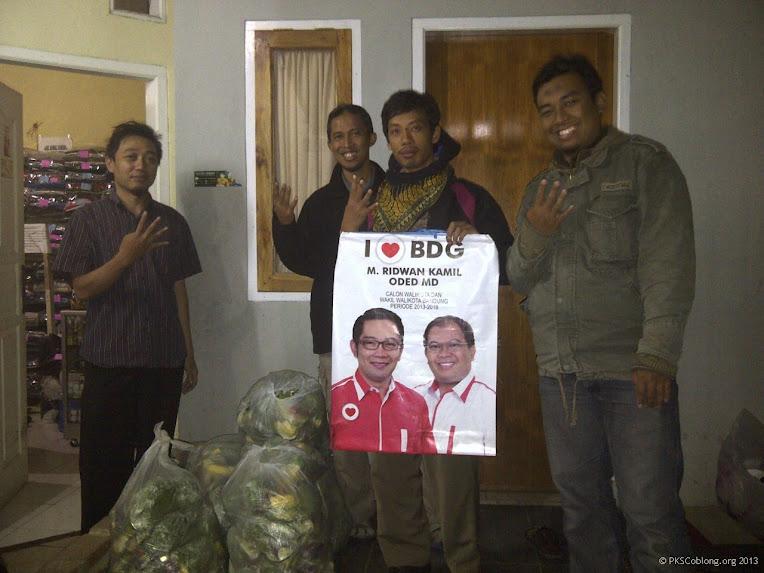 Membagikan jatah sayur untuk ditukar dengan 4 botol bekas saat kampanye di Cipaganti