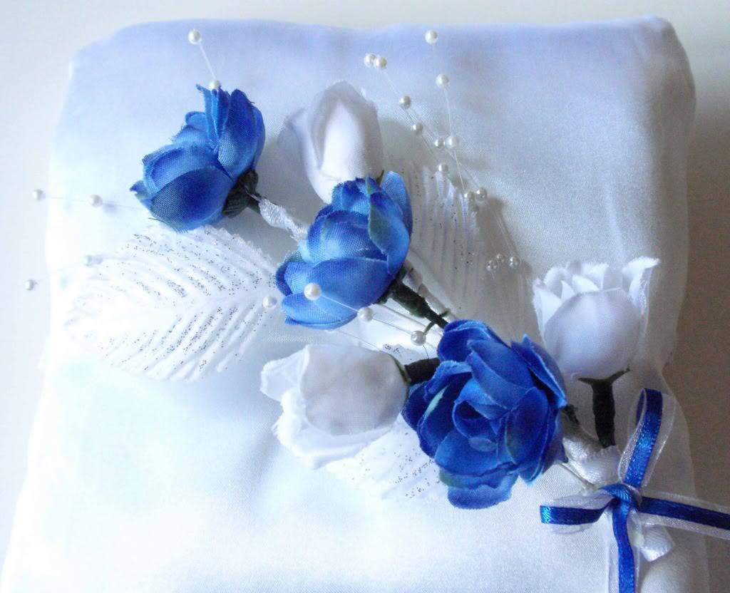 Royal blue roses is a popular choice for this wedding season