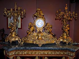 Изумительный каминный часовой гарнитур Франция ок.1850 г. Позолоченная резная бронза.