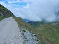 Hinauf auf der schmalen und überwiegend unbefestigten Piste zum Col du Sabot (2100 m). Unten der Stausee Lac du Verney bei Allemont.