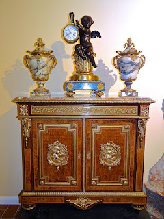 Красивый антикварный комод с бронзовыми медальонами. 19-й век. Мраморная столешница, две дверки. Бронзовый позолоченный декор. 100/37/95 см.