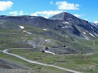 Der Col de la Bonette (2715 m). Er kennzeichnet nicht den Übergang eines Alpenpasses, sondern ist lediglich eine Ringstraße um den 2860 m hohen Gipfel des la Bonette. Die eigentliche Scheitelhöhe liegt etwas unterhalb dieser Ringstraße. Die in der unteren Bildhälfte verlaufende Piste ist eine Alternative zur asphaltierten D64. Sie ist die ersten km unbefestigt und hat einige querlaufende und tiefe Wasserrinnen. Sie führt durch den Ort Saint-Dalmas-le-Selvage, bevor sie wieder auf die D64 trifft. Auf dieser Piste war ich vor vielen Jahren mit meiner damaligen 1200er Bandit hier herauf gekommen.