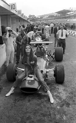 Ferrari и пит-герл в Брэндс-Хэтче на Гран-при Великобритании 1968