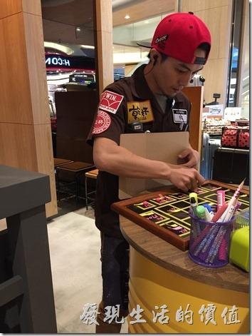 台北南港-乾杯燒烤。「乾杯」店門前的招待,身上貼了滿滿的廣告,有點像棒球選手全身上下都被商家包走的感覺。
