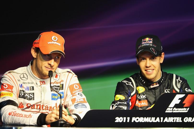 Дженсон Баттон косится на Себастьяна Феттеля во время пресс-конференции после гонки на Гран-при Индии 2011