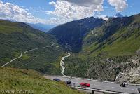 Wie schon die Tage zuvor. Blick ins Rhonetal. Links die Furkastraße, die im Rhonetal in Richtung Mont Blanc nach Frankreich führt. Unten am Talausgang das Örchen Gletsch, wo die Grimselstraße abzweigt und sich hinauf zum Grimselpaß windet. In der Bildmitte schlängelt sich die Rhone, die rechterhand am Rhonegletscher ihren Ursprung hat. Nach über 800 km mündet sie in Südfrankreich in der Camargue ins Mittelmeer.