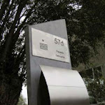lasergesneden parlofoonplaat ingewerkt in blauwsteen brievenbusstaander.jpg