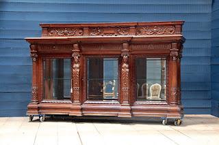 Большой антикварный дрессуар в стиле Ренессанс. к.1850 г. Три ящика, три стеклянные дверки, резной декор. 290/83/172 см. 10000 евро.
