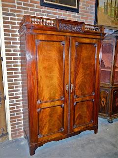 Красивый шкаф в стиле АМПИР. ок.1850 г. Красное дерево. Семь выдвижных полочек/ящиков. 149/54/217 см. 5900 евро.