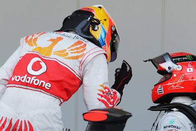 Льюис Хэмилтон объясняет что-то Михаэлю Шумахеру после квалификации на Гран-при Японии 2011