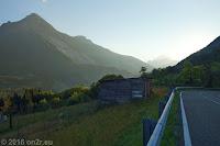 Vom Passo San Osvaldo (872m) Richtung Longarone. Hier beim Ort Erto, wo 1963 ein katastrophaler Bergrutsch den frisch aufgestauten Stausee Lago del Vajont entleerte. Eine gewaltige Flut- und Geröllwelle stürzte dadurch über die 200m hohe Staumauer durch die schmale Vajont-Schlucht auf den Ort Longarone im Piave-Tal hinunter und zerstörte den Ort.