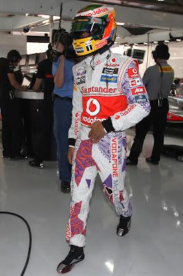 Льюис Хэмилтон в специальном комбинезоне Hugo Boss во время квалификации на Гран-при Индии 2011