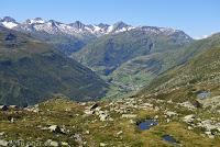 Hoch oben auf dem Bäzberg. Ein exponierter Beobachtungspunkt mit phantastischem Blick Blick hinunter ins Tal Richtung Realp. Beim Bergstock in der Bildmitte gehts links zum San Gotthard und rechts hoch zum Furkapass.