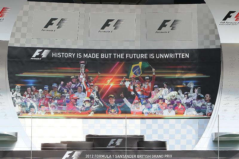 подиум Сильверстоуна с коллажем из победителей гонки для Гран-при Великобритании 2012