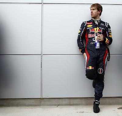Себастьян Феттель у стены пережидает дождь во время гонки на Гран-при Малайзии 2012