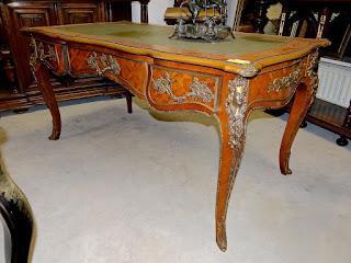 Письменный стол 19-й век. Три выдвижных ящика, бронза, маркетри, кожа. 160/85/80 см. 5900 евро.