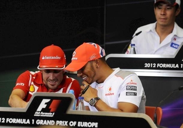 Камуи Кобаяши позади Фернандо Алонсо и Льюиса Хэмилтона на пресс-конференции Гран-при Европы 2012