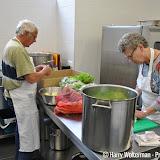 Sjaan maakt saus voor spaghettibuffet Dollard College - Foto's Harry Wolterman