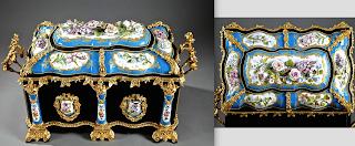 Очень редкая подписная и изумительной работы шкатулка 1860 г. Расписной фарфор, позолоченная бронза. 57/27/34 см. 17000 евро.