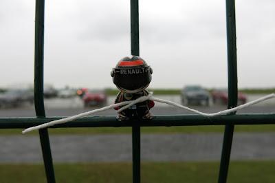 Мини Кими Райкконен привязан к забору Сильверстоуна на Гран-при Великобритании 2013