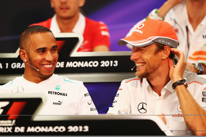 улыбающиеся Льюис Хэмилтон и Дженсон Баттон на пресс-конференции в среду на Гран-при Монако 2013