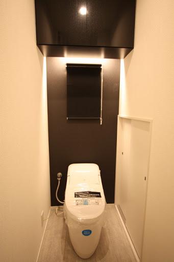 1階:タンクレスタイプのLIXILサティスGタイプ。 アクアセラミックを採用し水アカも付きにくい手入れのしやすい商品です。
