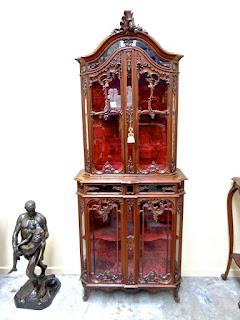 Антикварный шкаф с стеклянными дверками. 19-й век. 84/38/220 см. 5000 евро.
