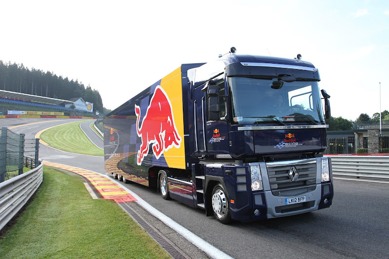 грузовик Red Bull Renault в повороте О Руж на Гран-при Бельгии 2013