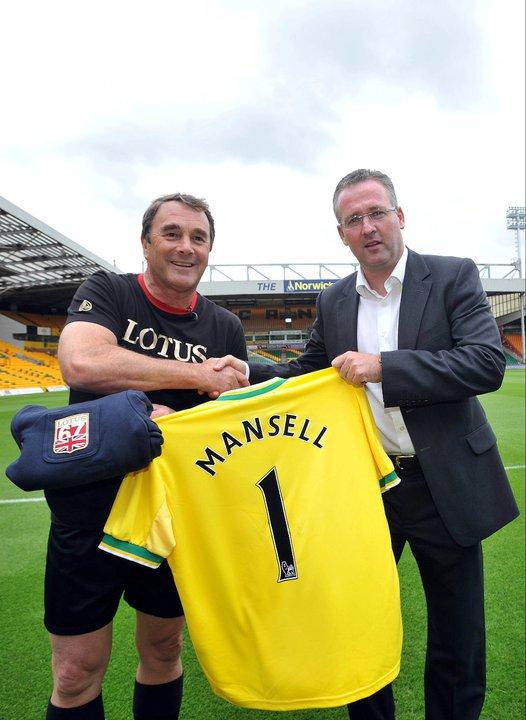 Найджел Мэнселл с именной футболкой и Canaries Team Manager Paul Lambert
