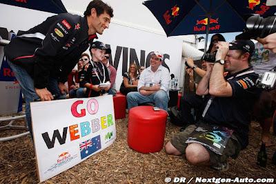 Марк Уэббер с маленьким мальчиком на Гран-при Австралии 2012