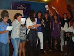 Cantan y bailan
