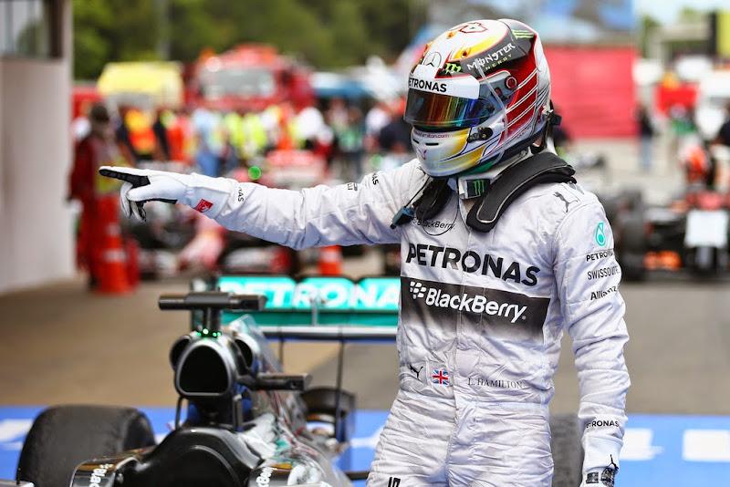 Льюис Хэмилтон в закрытом парке после финиша гонки на Гран-при Испании 2014