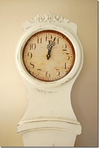 WHITE MORA CLOCK CLOSE UP