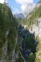 Auffahrt zum Passo di Fedaia (2057m). Blick hinunter von der Brücke in die mit Fahrverbot belegte Schlucht. Sie ist/war ein Teil der alten Ostrampe hoch zum Fedaia.