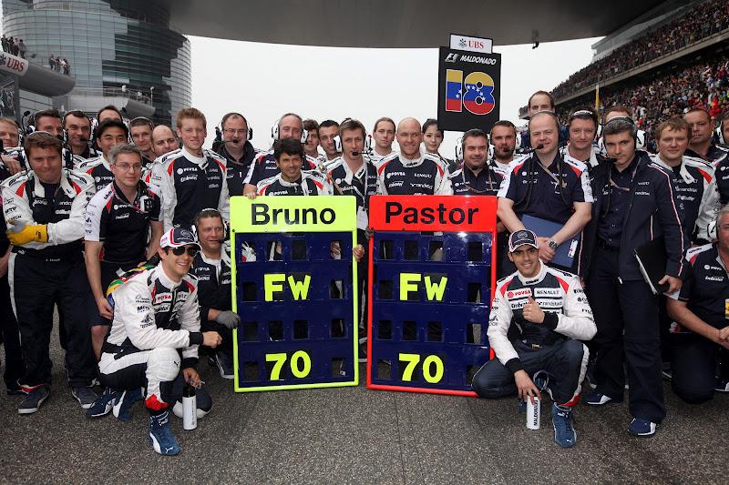 Бруно Сенна и Пастор Мальдонадо с механиками Williams поздравляют Фрэнка Уильямса с 70-летием на Гран-при Китая 2012