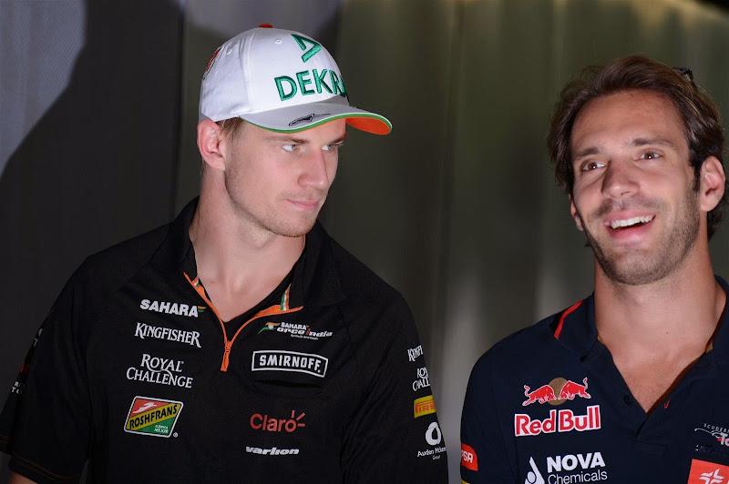 Нико Хюлькенберг глазеет на Жана-Эрика Верня на Гран-при Венгрии 2014