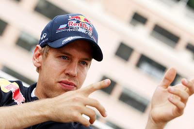 Себастьян Феттель показывает что-то руками на Гран-при Монако 2011