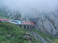 In der Schöllenenschlucht kurz hinter Andermatt. Die Gotthardbahn verschwindet gerade in einem kurzen Tunnel.