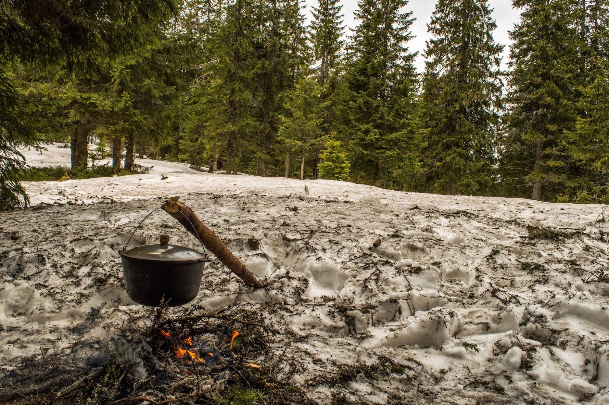 Сідло між Паренками та Попадею, сніг, вода, вогонь