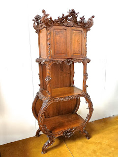 Симпатичный резной шкафчик с двумя дверками. ок.1850 г. 75/37/162 см. 4500 евро.