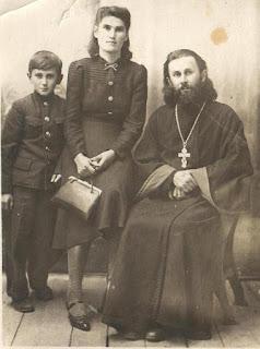 3 Семья отца Сергия Митрюковского (с женой и сыном Львом)
