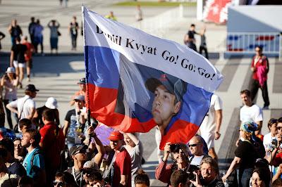 болельщики Даниила Квята с флагом на Гран-при России 2014