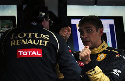 Виталий Петров демонстрирует проблемы с рулевым управлением Эрику Буйе на Гран-при Бельгии 2011 в Спа