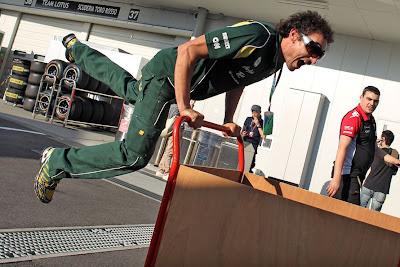 механик Team Lotus в воздухе на Гран-при Японии 2011