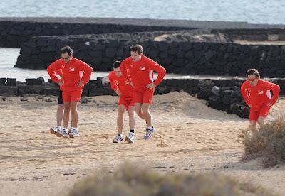 Фелипе Масса, Жюль Бьянки и Фернандо Алонсо прыгают на тренировочной сессии Ferrari на испанском острове Лансароте 26 января 2012