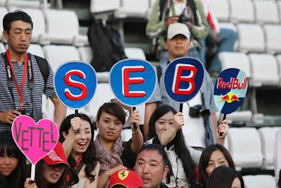 болельщики Себастьяна Феттеля и Red Bull на трибунах Гран-при Японии 2011 на Сузуке