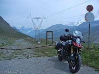 Hinter Scheitelhöhe des Colle del Nivolet kurz nach dem Rifugio Savoia. Hier endet die Sackstraße und Wanderwege führen in die Bergwelt ringsum. In der Verlängerung liegt das Aostatal.